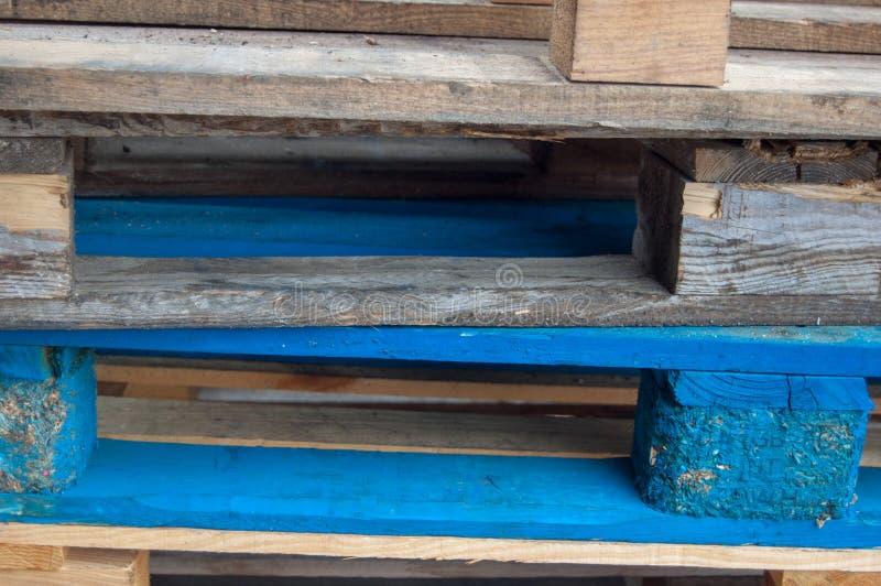Kulöra wood spjällådor utmärkt för en bakgrund royaltyfri bild