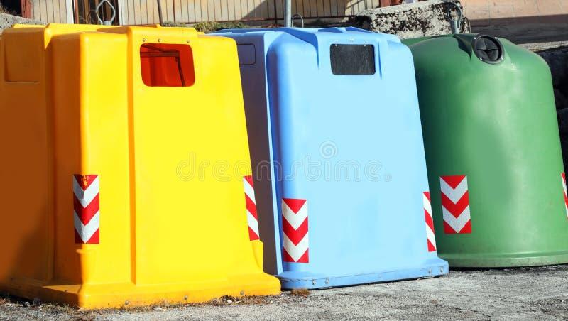 kulört använd papper och plast- för dumpster tre mot efterkrav exponeringsglas royaltyfri fotografi