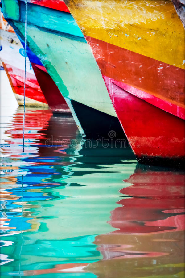 Kulört bevattna reflexioner Färgrika fartyg i hamnstaden royaltyfri foto