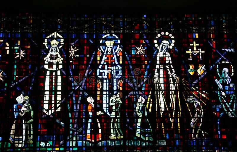Kulört glass fönster i kyrkan av Notre Dame D arkivbilder