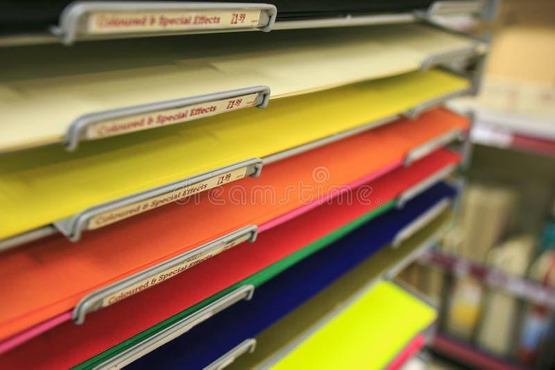 Kulört konstruktionspapper i ett boklager arkivfoton