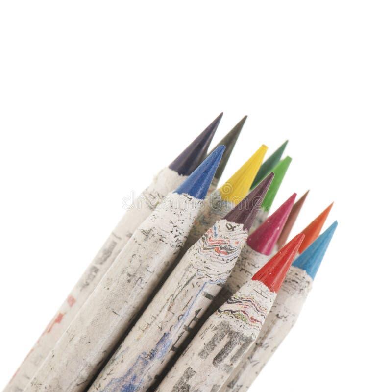 Kul?ra blyertspennor som isoleras ?ver vit bakgrund arkivbilder