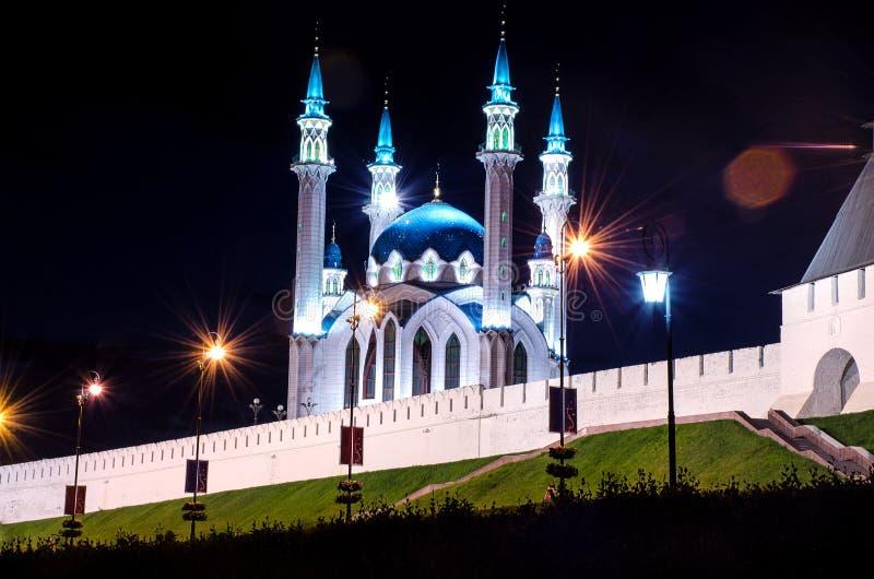 Kul-sharif moské i ljuset av lyktor på natten fotografering för bildbyråer