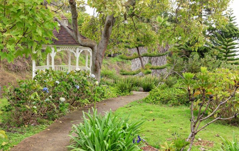 Kula botanischer Garten. Maui. Hawaii. Weißer Gazebo. Tropische Landschaft. lizenzfreie stockbilder