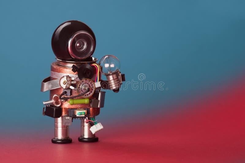 Kula för robotelektrikerlampa Cyborg för leksak för strömkretshålighetchip, roligt svart hjälmhuvud Kopieringsutrymme, blå röd lu arkivfoto