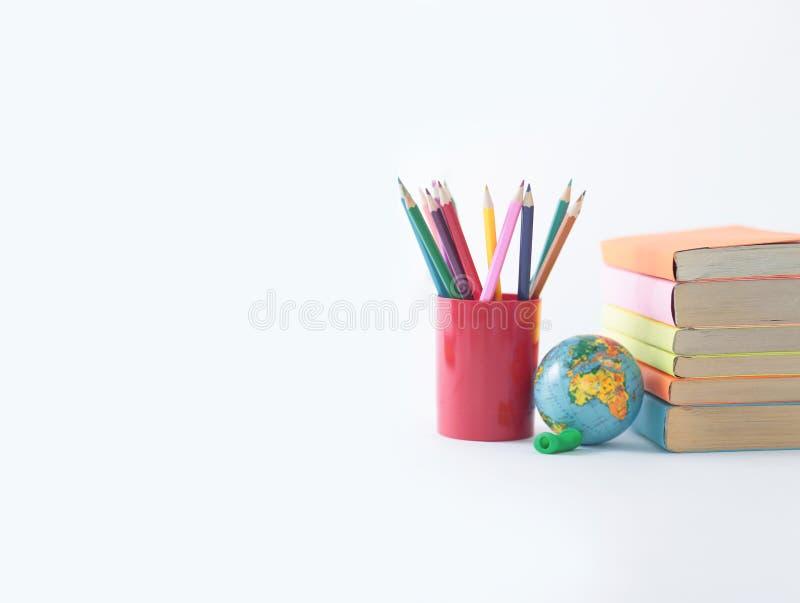 Kula ziemska, książki i ołówki na białym tle, Fotografia z kopii przestrzenią obraz stock