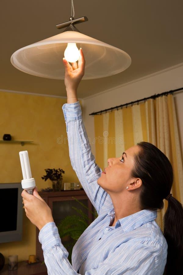 kulan ändrar sparande för energilamplampa royaltyfria foton