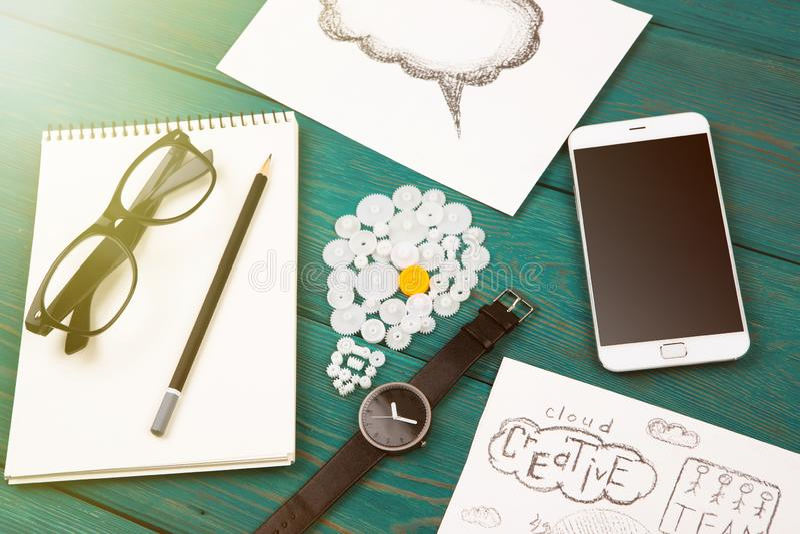 kulatecken, telefon, klocka och notepad på skrivbordet royaltyfria foton