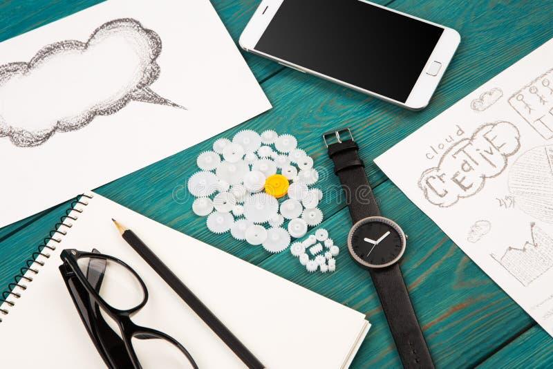 kulatecken, telefon, klocka och notepad på skrivbordet royaltyfri fotografi