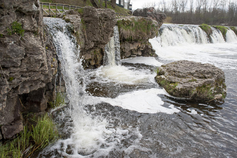 Kuldiga latvia Cadute su Vent& x27; fiume di s immagine stock