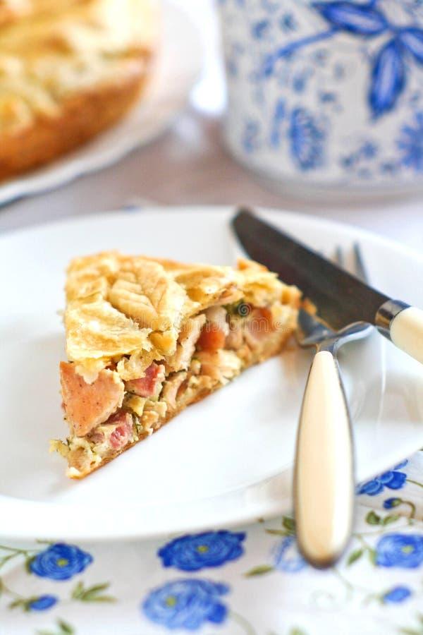 Kulebiak z baleronem, serem i kurczakiem, zdjęcia stock