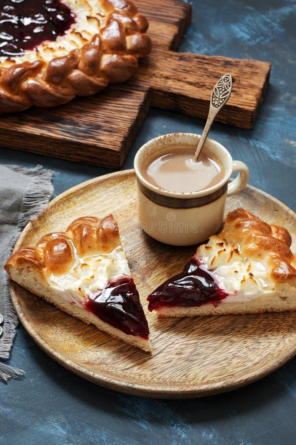 Kulebiak z chałupa serem i jagodowym dżemem Tort z ofe słuzyć na drewnianym talerzu Selekcyjna ostrość obrazy royalty free