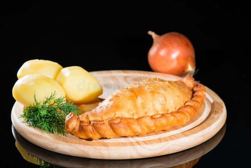 Kulebiak z grulami na drewnianej desce zdjęcia stock