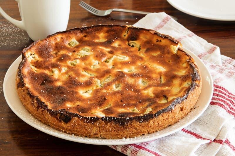 Kulebiak z rabarbaru i chałupy serem świeżym od piekarnika z k zdjęcie royalty free