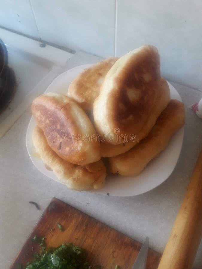 Kulebiaki gotujący w domu w smaży niecce obrazy stock