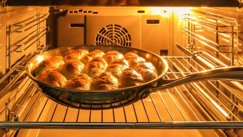 Kulebiaki z dżemem w piekarniku obraz royalty free
