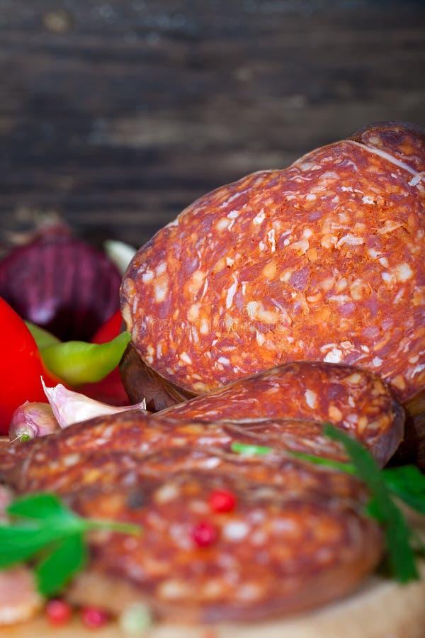 Kulen, Rindfleisch und Schweinswurst lizenzfreie stockfotos