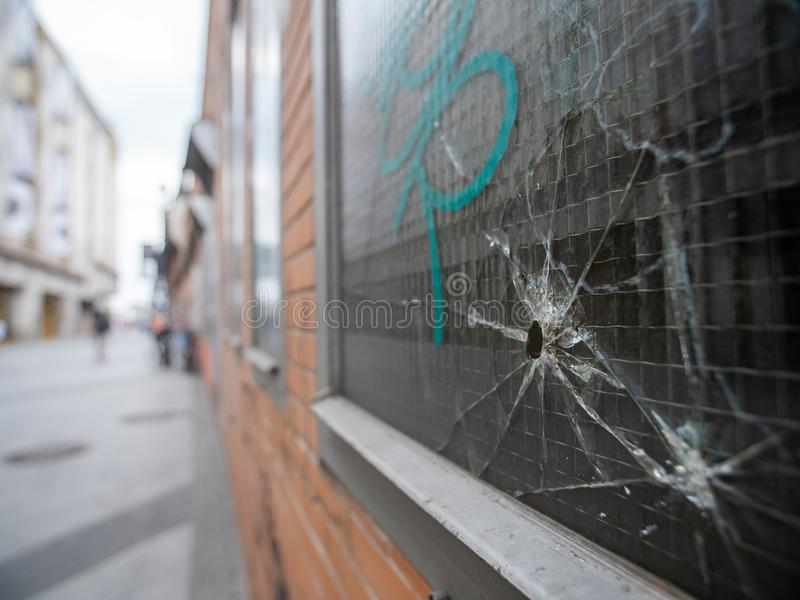 Kulhål i ett fönster med grafitti royaltyfri fotografi