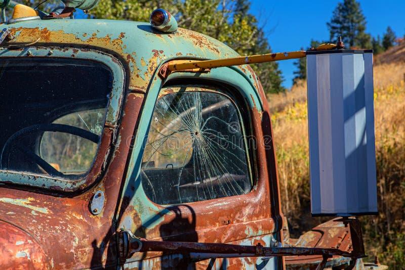 Kulhål till och med det gamla lastbilfönstret, Palouse, Washington royaltyfria bilder