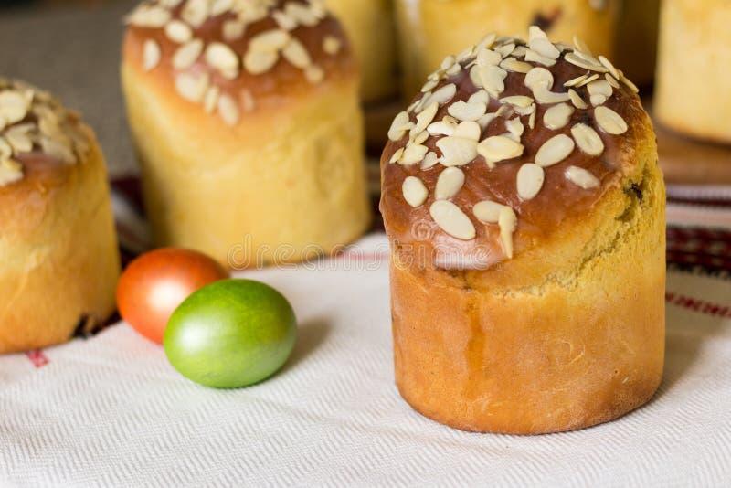 Kulich doce do bolo de easter coberto com flocos da amêndoa Foco seletivo foto de stock