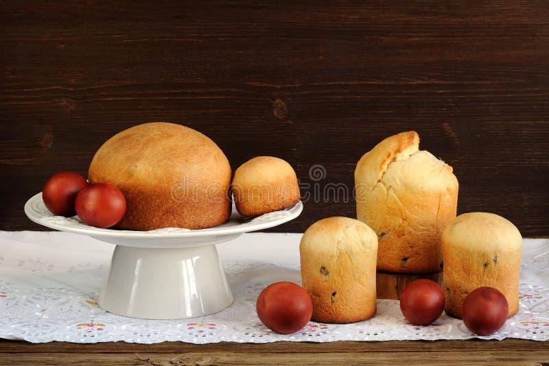 Kulichi、传统俄国人复活节蛋糕和被洗染的鸡蛋在白色 免版税图库摄影