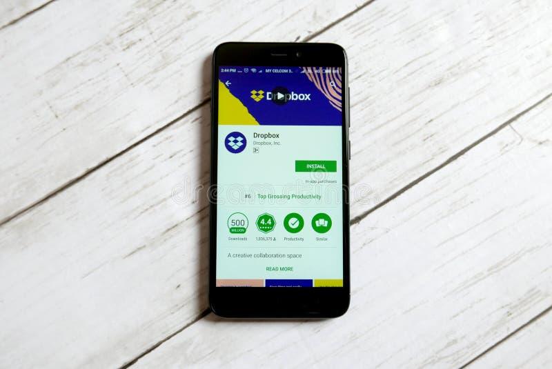 KULIM, ΜΑΛΑΙΣΊΑ - 11 ΑΠΡΙΛΊΟΥ 2018: Dropbox εφαρμογή σε ένα αρρενωπό κατάστημα παιχνιδιού Google στοκ φωτογραφία με δικαίωμα ελεύθερης χρήσης