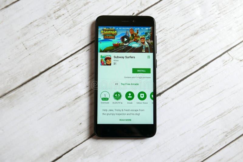 KULIM, MALÁSIA - 11 DE ABRIL DE 2018: Aplicação dos surfistas do metro em uma loja do jogo de Google do androide fotos de stock royalty free
