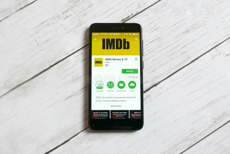 KULIM, MALÁSIA - 11 DE ABRIL DE 2018: Aplicação de IMDb em uma loja do jogo de Google do androide fotos de stock