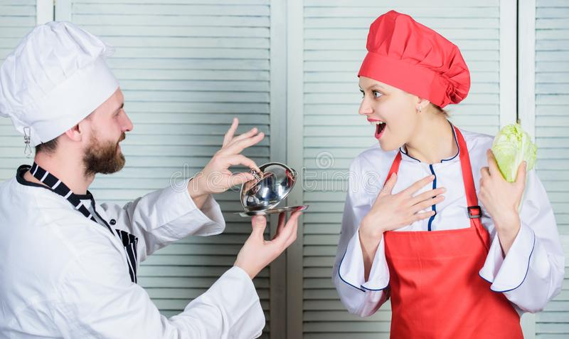 Kulinarische Familie Frau und bärtiger Mann, die zusammen kochen Kochen der exklusiven Mahlzeit Schließen Sie sich feinschmeckeri lizenzfreie stockfotografie