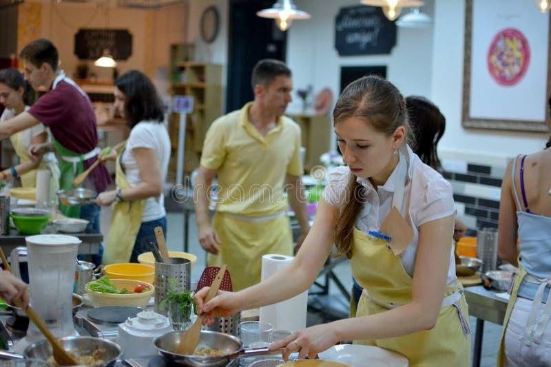 Kulinarischen, des Lebensmittels und der Leute Konzept des Kochkurses, lizenzfreies stockbild