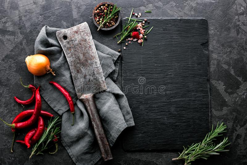 Kulinarischer Hintergrund mit leerem schwarzem Schieferbrett stockbild