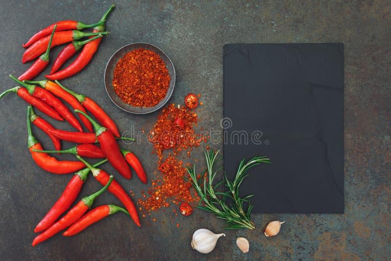 Kulinarischer Hintergrund mit Paprikapfeffern und -gewürzen lizenzfreies stockfoto