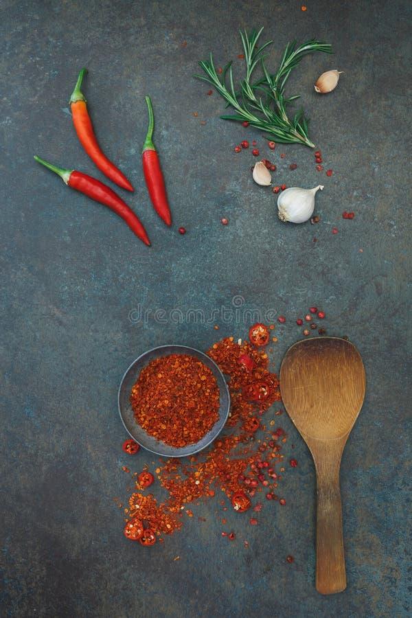 Kulinarischer Hintergrund mit Paprikapfeffern und -gewürzen stockfotografie