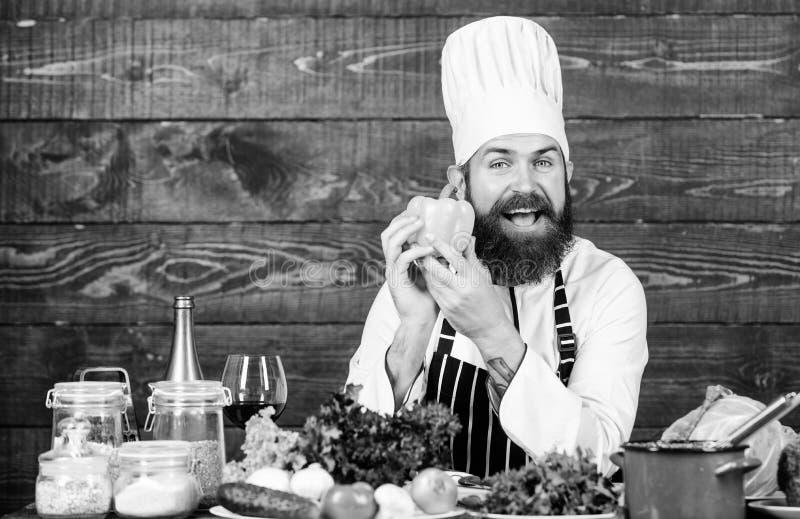 Kulinarisches Rezeptkonzept Frischste m?gliche Bestandteile Chef benutzen frisches organisches Gem?se f?r Teller Vegetarische Mah stockfotos