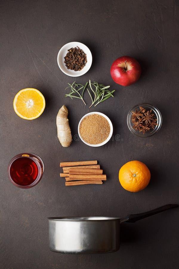 Kulinarisk bakgrund med ingredienser för recept av funderat vin på tabellen för mörk brunt royaltyfri foto