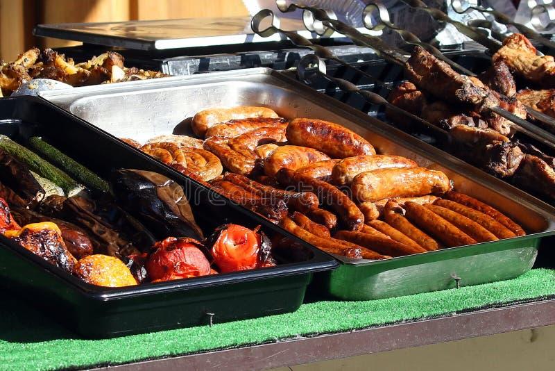 Kulinarisk buffé med bort mål för sunt tagande - grillat grönsaker, fisk och kött på den kulinariska marknaden för gatamat, festi royaltyfria foton
