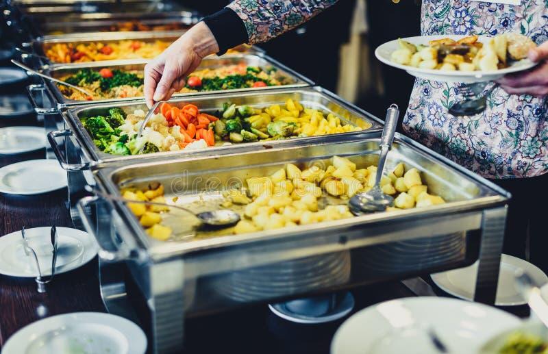 Kulinarisk buffématställe för kokkonst som sköter om äta middag matberöm royaltyfria foton