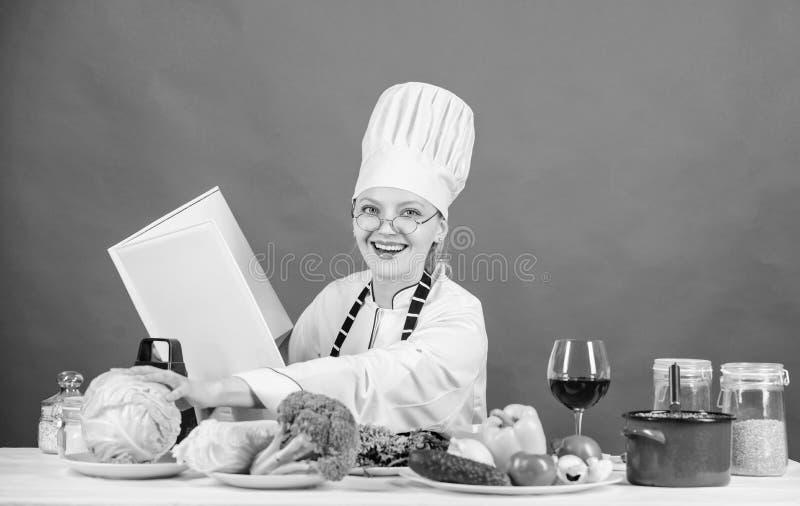 Kulinarisk expert Kvinnlign i hatt och f?rkl?de vet allt om kulinariska konster Kvinnakock som lagar mat sund mat flicka arkivfoton