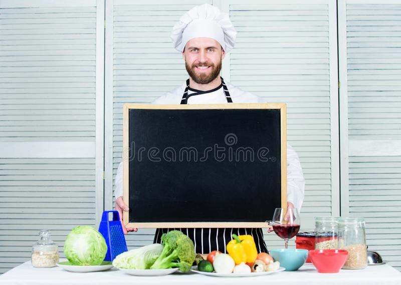 Kulinarisk skola Undervisande m?starklass f?r h?gsta kock, i att laga mat skola Ledar- kock som ger matlagninggrupp Utbildning av arkivbilder
