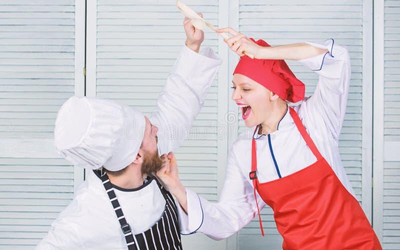 Kulinarisk strid av tv? kockar Par konkurrerar i kulinariska konster K?kregler Vem lagar mat b?ttre Kulinariskt stridbegrepp arkivfoton