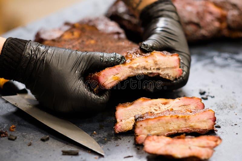 Kulinariska stöd för griskött för mästarklasskock handskar rökte royaltyfri foto