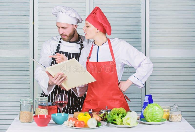 Kulinariskt familjbegrepp Koppla ihop det f?r?lskade laga mat sunda receptet Den amat?rm?ssiga kocken l?ste bokrecept F?rb?ttra a arkivfoto