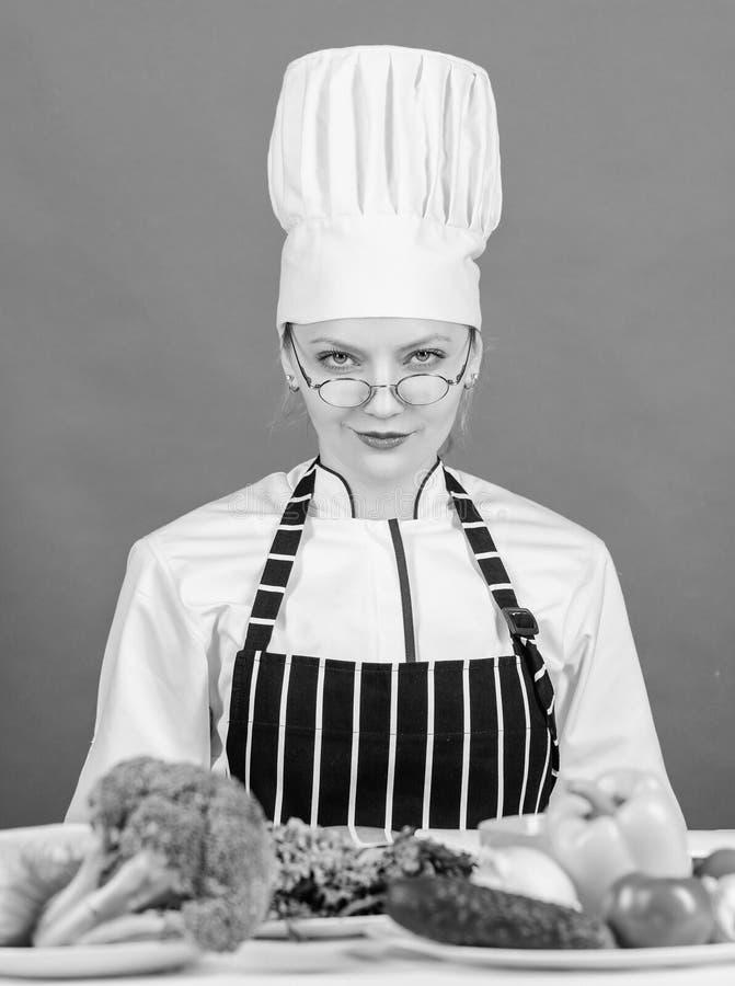 Kulinariskt skolabegrepp Kvinnlign i f?rkl?de vet allt om kulinarisk konst Kulinarisk utbildning Kulinarisk expert Kvinna royaltyfri bild