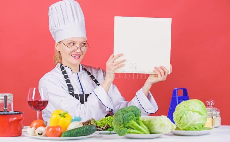 Kulinariskt skolabegrepp Kvinnlign i hatt och f?rkl?de vet allt om kulinariska konster traditionell kokkonst kulinariskt arkivfoton