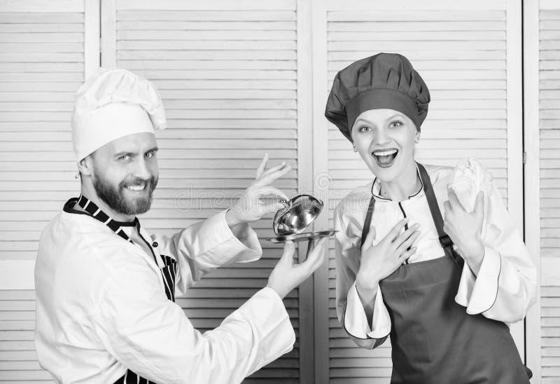 Kulinariskt ?verraskningbegrepp L?ckert m?l Kulinariskt showlag f?r kvinna och f?r sk?ggig man Ultimat laga mat utmaning royaltyfria bilder
