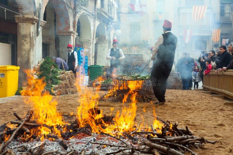Kulinarna cebula na ognisku podczas Calcotada w Valls obrazy stock