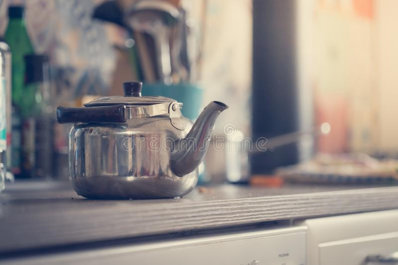 Kulinarna herbata w zima czasie: wieśniak żelazna herbaciana kuchenka zdjęcia royalty free