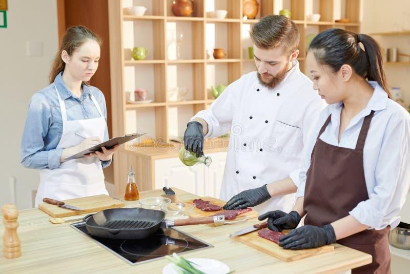 Kulinarna klasa w kuchni zdjęcia royalty free