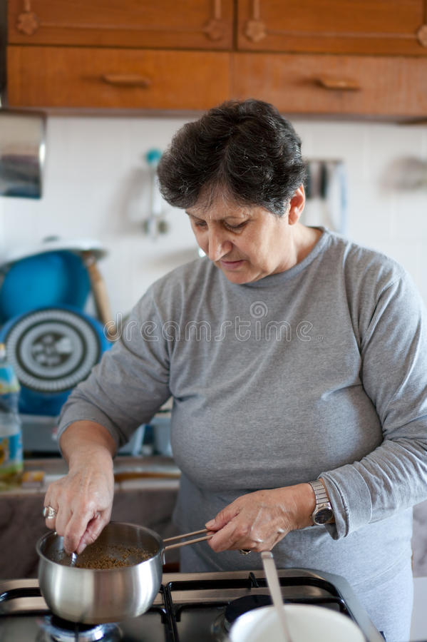 kulinarna starsza kobieta fotografia stock
