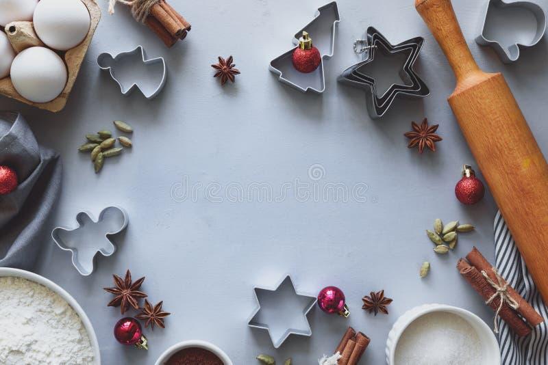 Kulinarni Bo?enarodzeniowi ciastka Sk?adniki dla piernikowego ciasta: m?ka, jajka, cukier, kakao, cynamonowi kije, any? gwiazdy i zdjęcia stock